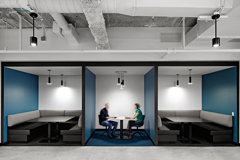 dOs espaços de envolvimento da comunidade são bem equipados com tecnologia de reunião, além de um ambiente confortável. | AVIXA